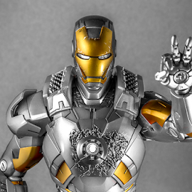 Ironman Mark VII Unpainted by Ganjar Rahayu - Artistic Objects Toys ( mark vii, selective color, hot toys, silver, gold, ironman )
