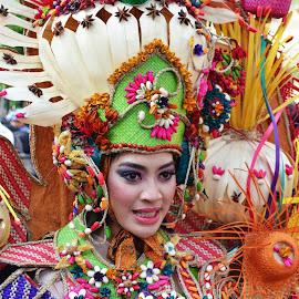 Menjunjung karya by Agus Natadijaya - News & Events Entertainment ( woman, street, people, entertainment )