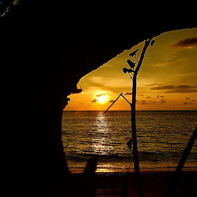 Sunset dari balik Pohon by Hendra Edi Saputra - Landscapes Sunsets & Sunrises