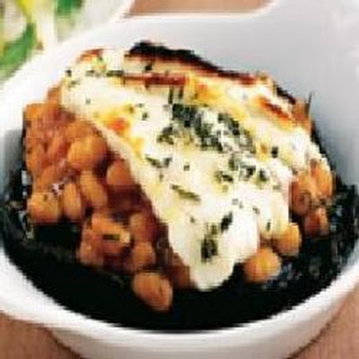 Portobello mushrooms with Heinz® Beanz and grilled halloumi cheese