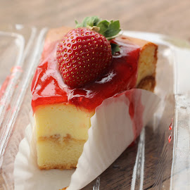 Strawberry Cheese Cake by Siti Hana Iryani - Food & Drink Meats & Cheeses ( Food & Beverage, meal, Eat & Drink )