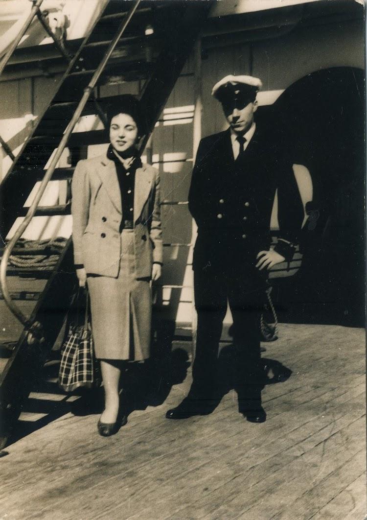 CABO DE BUENA ESPERANZA. Buenos Aires 1955. Emigrantes que subian a bordo para hacerse fotos con Oficiales del buque. Foto Angel Maruri.jpg