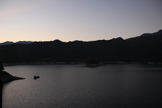 天端よりダム湖「さめうら湖」を望む
