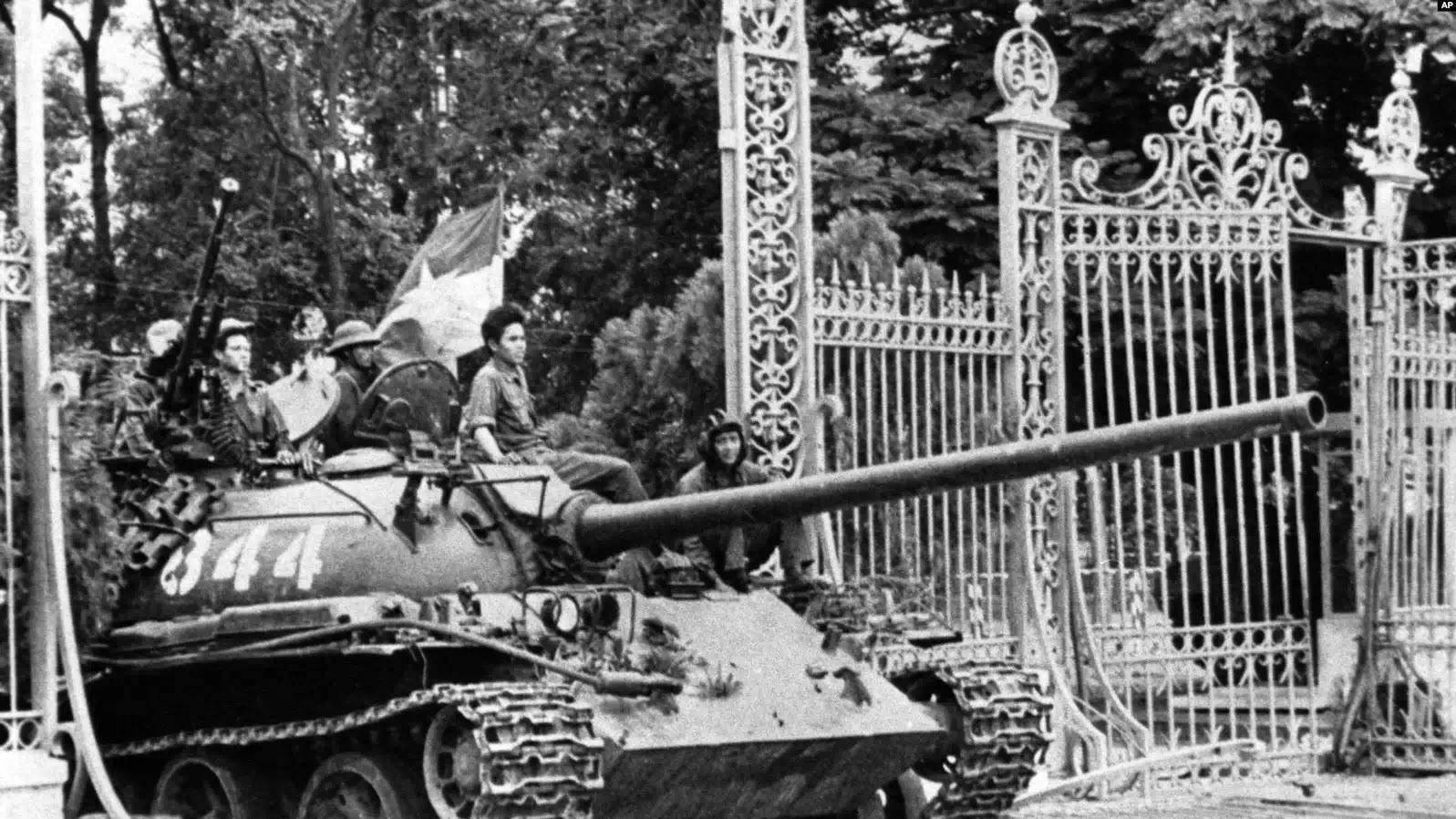 Xe tăng Bắc Việt tông sập cửa dinh Độc Lập ở Sài Gòn ngày 30 tháng Tư, 1975.