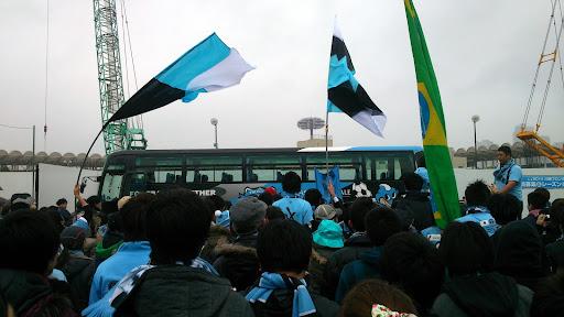 [写真]試合開始前の選手バスを出迎える「バス待ち」