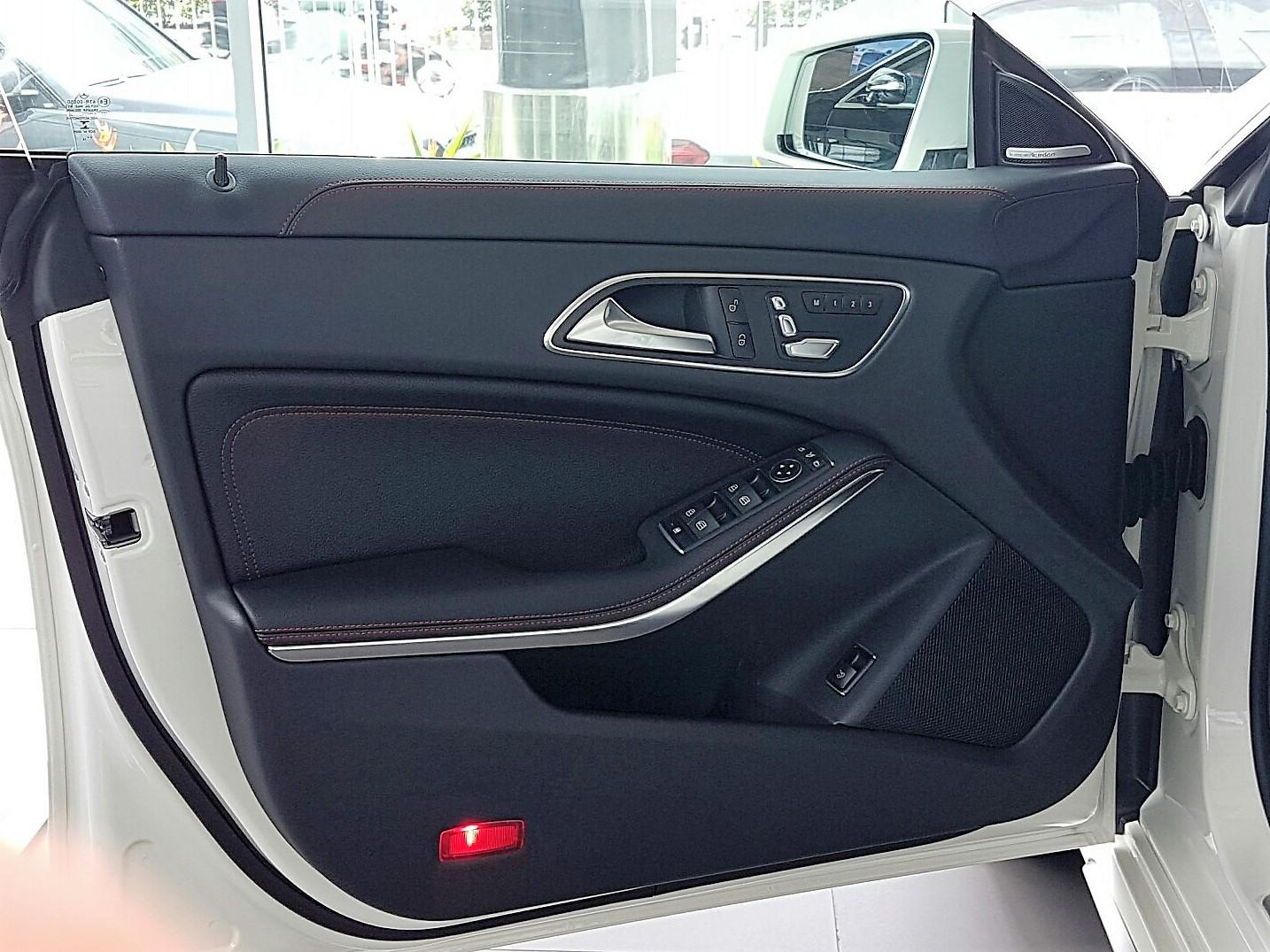 Xe Mercedes Benz CLA45 AMG màu trắng new model 016