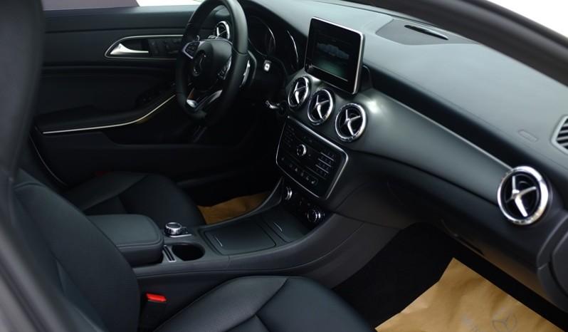 Nội thất xe Mercedes Benz CLA250 cũ 2014 màu trắng 02