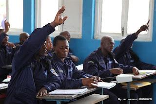 La police nationale suivant des cours théoriques à Kisangani, décembre 2010