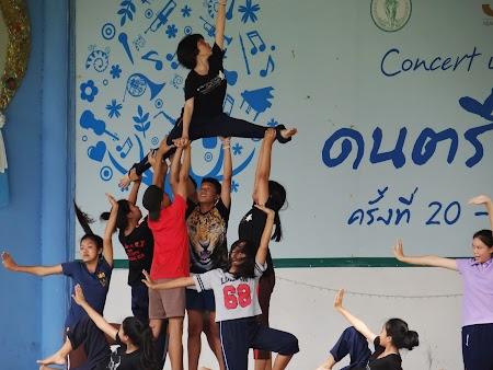 18. trupa de dans thailandeza.JPG