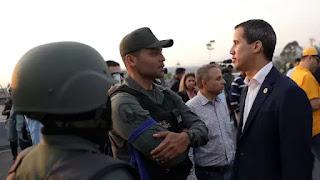 Tổng Thống lâm thời Juan Guaidó đang nói chuyện với Vệ Binh Quốc Gia ly khai.