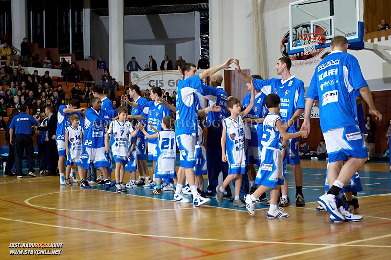 Prezentarea echipei muresene dinaintea inceperii partidei dintre BC Mures Tirgu Mures si U Mobitelco Cluj-Napoca din cadrul etapei a sasea la baschet masculin, disputat in data de 3 noiembrie 2011 in Sala Sporturilor din Tirgu Mures.