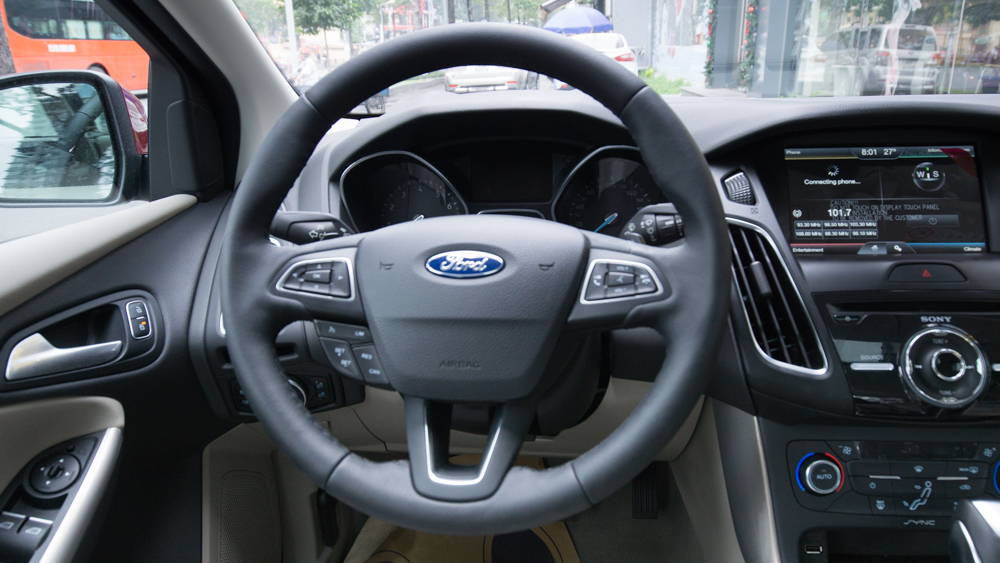 Nội thất xe ô tô Ford Focus 2018 màu đỏ 03