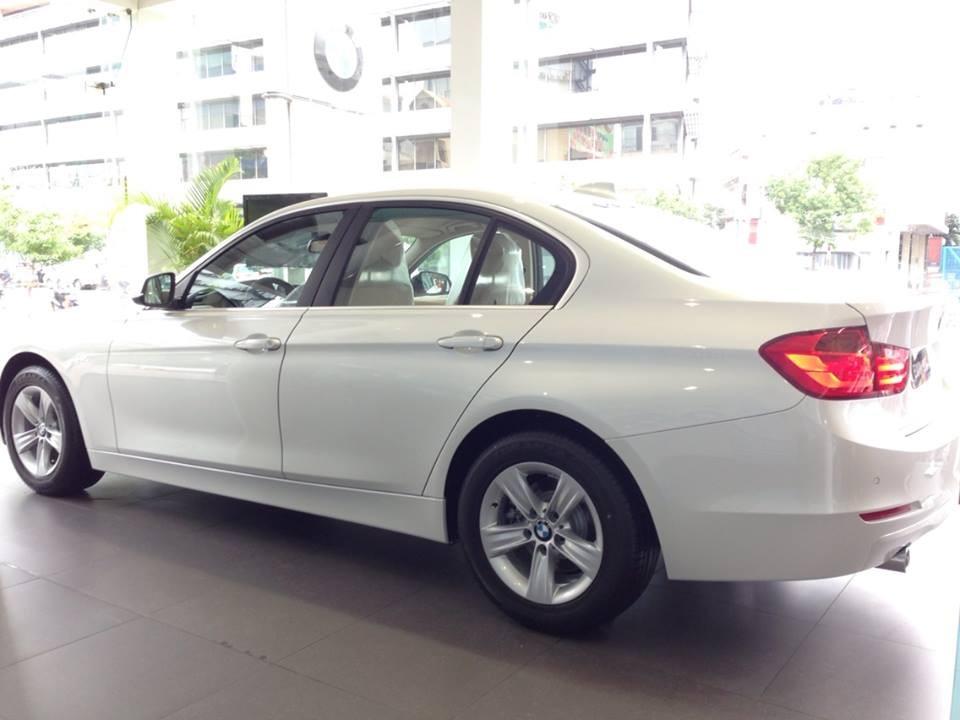 Xe BMW 320i new model màu trắng 02