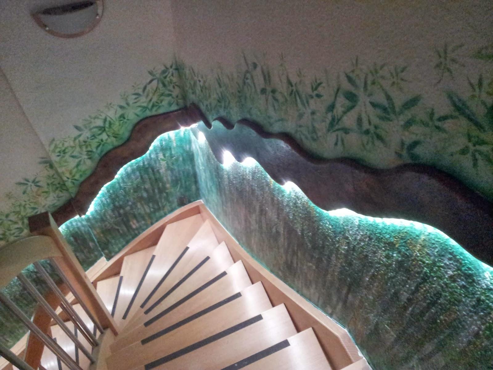 die ungewohnliche wanddeko im treppenaufgang. Black Bedroom Furniture Sets. Home Design Ideas