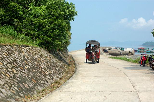 Xe tuk tuk đi lại trên đảo Quan Lạn