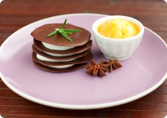 Millefoglie al cioccolato con crema di ricotta e sorbetto ai cachi