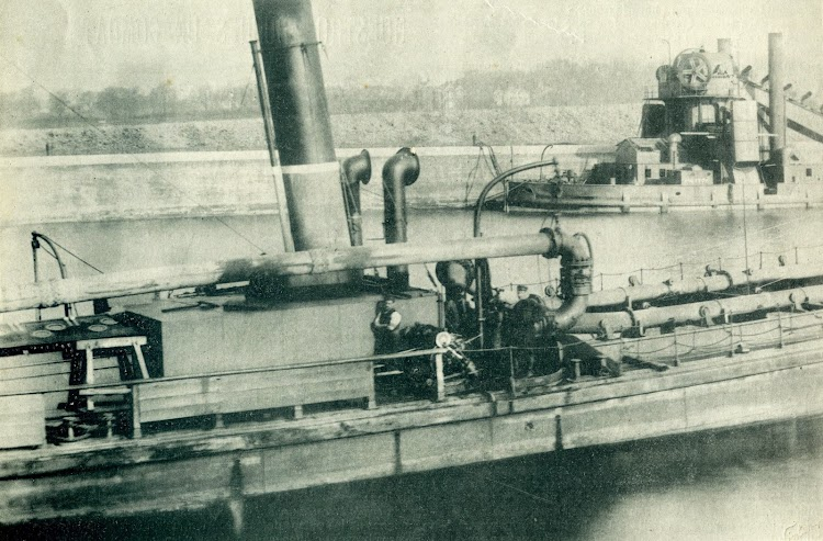 La draga de vapor GANDIA, en el puerto de Gandia. Fecha indeterminada. Foto revista El Mundo Naval Ilustrado Año 1, Núm., 15, edición de 1 de Diciembre de 1.897.JPG