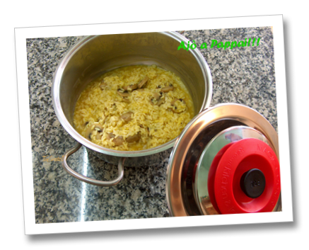 Immagine del set fotografico con il piatto del risotto ai funghi su cialda di parmigiano con la collaborazione