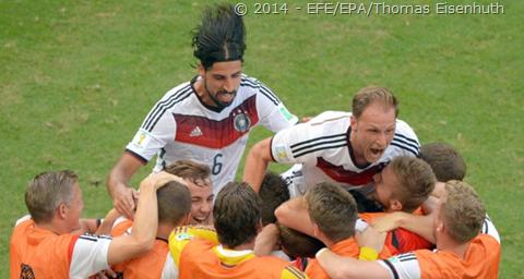 O time alemão também teve sua cota de problemas com o meia Scheweinsteiger  que não jogou (poupado) e com Hummels que sofreu um corte na coxa e teve  que ser ... 0511060947e49