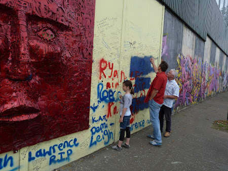 Imagini Irlanda de Nord: scriind pe Zidul Pacii Belfast