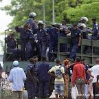 Des proches des personnes interpelés négocient avec la police le 23/12/2011 à Kinshasa, lors d'une manifestation relative à la prestation de serment d'Etienne Tshisekedi. Radio Okapi/ph. John Bompengo