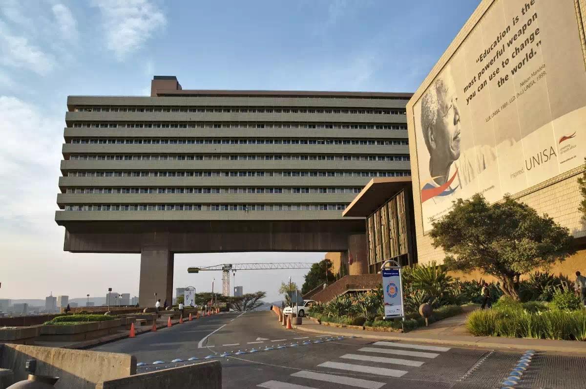 Cổng trường Đại học Nam Phi (Unisa), trường đại học lớn nhất Phi Châu.