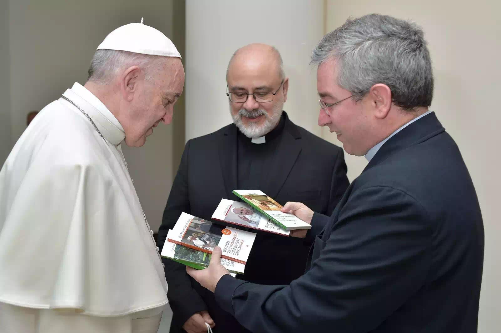 Lm. Fernando Prado, giám đốc NXB Claretian và ĐTC Phanxicô