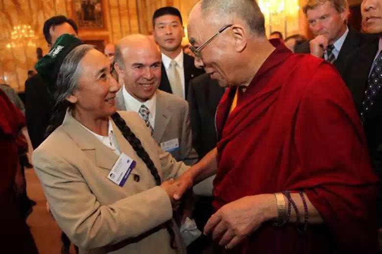 Bà Rebiya Kadeer cùng với Dalai Lama, đứng đầu chánh phủ Tây Tạng lưu vong