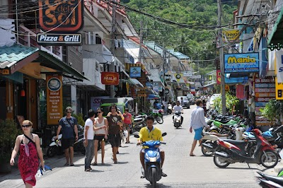 A côté des quais où nous étions arrivés la veille se trouve le village principale avec tous les commerces et restaurants qui vont bien.