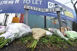 Vòng hoa cho các nạn nhân.