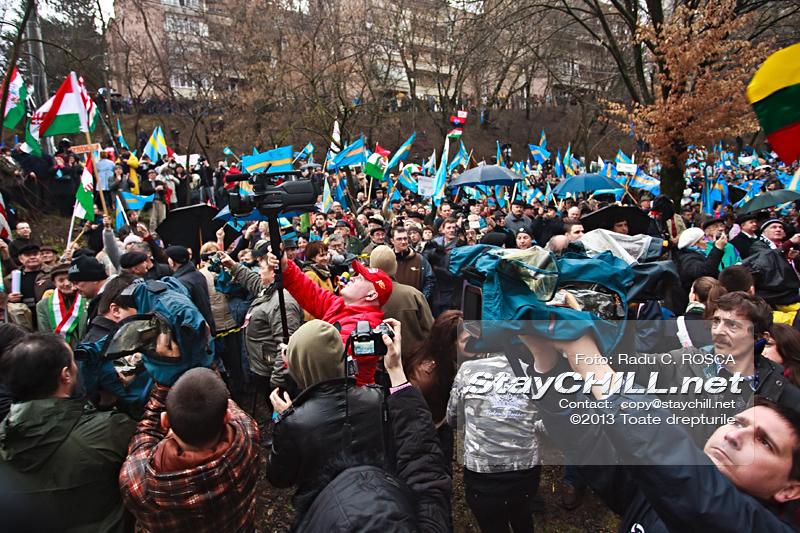 Persoane participa la mitingul pentru pentru autonomia Tinutului Secuiesc desfasurat duminica, 10 martie 2013 la Tirgu Mures.