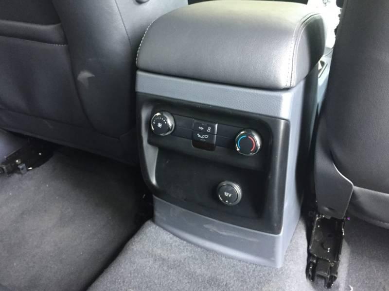 Nội thất xe Ford Everest 7 chỗ 2018 màu đen 07