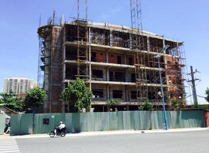 Công trình xây dựng nhiều khiến nhu cầu gạch xây tăng đột biến. Trong ảnh: Một công trình đang xây dựng tại vòng xoay Đài liệt sĩ, TP. Vũng Tàu.