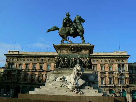 0. statuia din Piazza Duomo.JPG