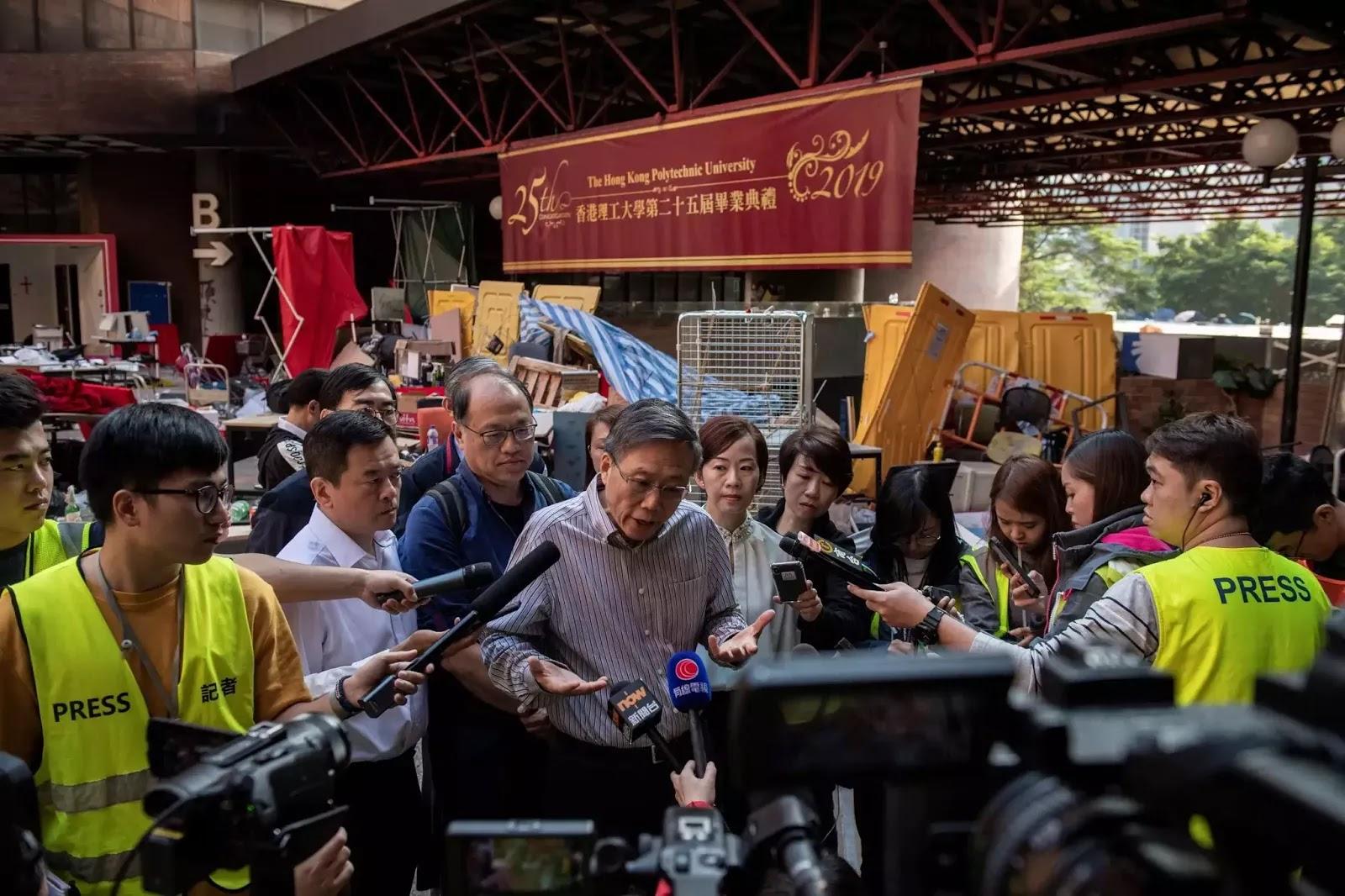 Chủ tịch Đại học Bách Khoa Hong Kong nói chuyện với báo giới ngày 20/11/2019.