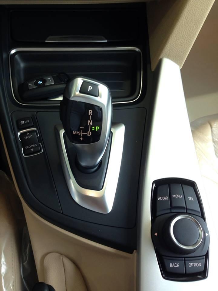 Xe BMW 320i new model màu trắng 09