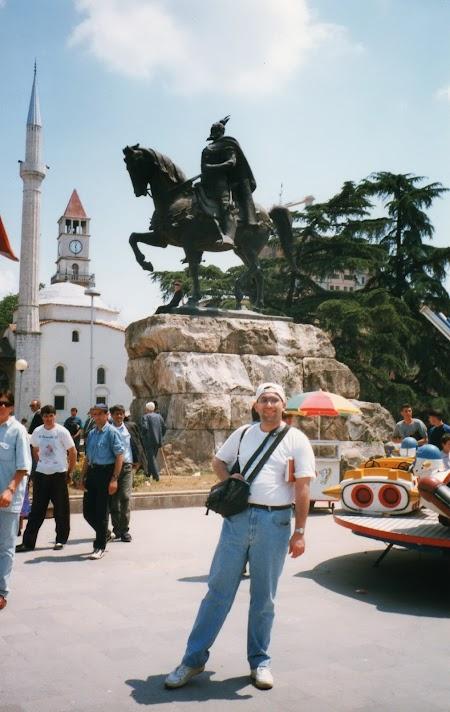 Obiective turistice Albania: Statuia lui Skanderbeg in Tirana.