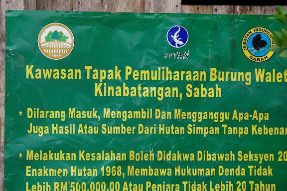 Pancarte au début du chemin de Pangui. Sukau (Sabah), 7 août 2011. Photo : J.-M. Gayman