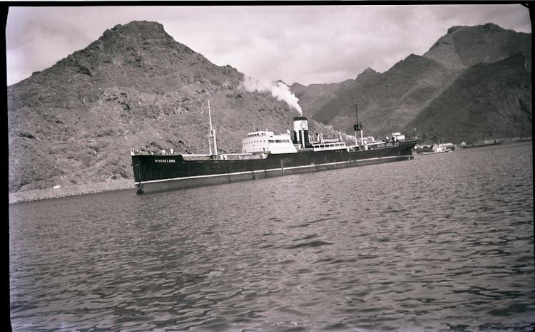 El vapor RIVADELUNA ya muy transformado. Coleccion Juan Antonio Padron Albornoz. Universidad de La Laguna. Puerto Autonomo de Tenerife.jpg