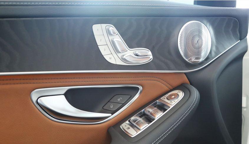 Nội thất xe Mercedes GLC 300 AMG màu đỏ 010