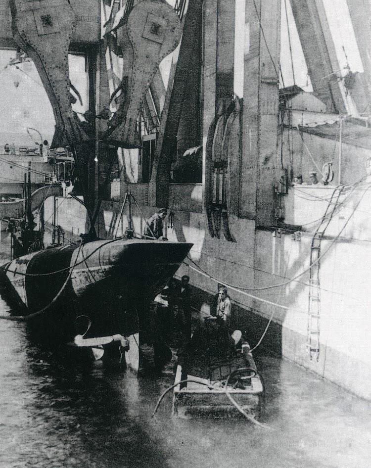 Cambio de unapala de helice al submarino A-2. (Col. Juan Luis Coello). Foto del libro LOS SUBMARINOS ESPAÑOLES.jpg