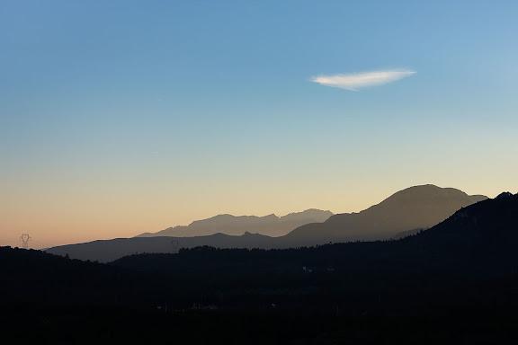 En primer terme la muntanya Blanca, darrera el Cabrafiga i, al fons, les muntanyes de Vandellòs. Vista des de l'ermita de la Mare de Déu de la Roca. Mont-roig del Camp, Baix Camp, Tarragona