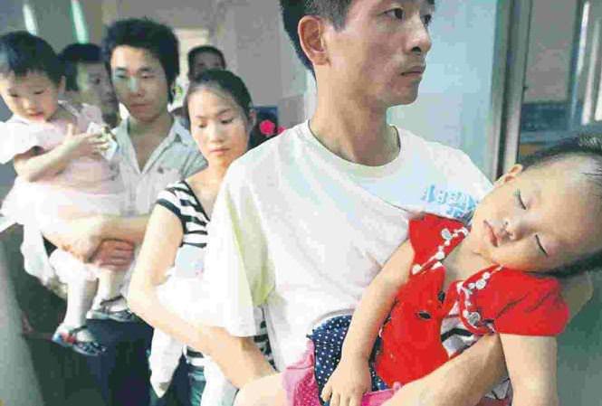 6 trẻ em thiệt mạng và 300.000 em bị ốm trong vụ scandal sữa bẩn hồi năm 2006
