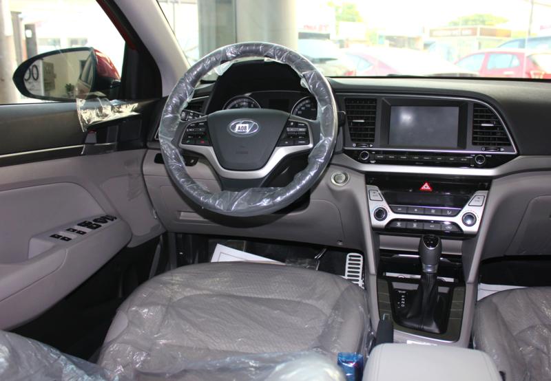 Nội thất xe Hyundai Elantra 5 chỗ màu đỏ 02