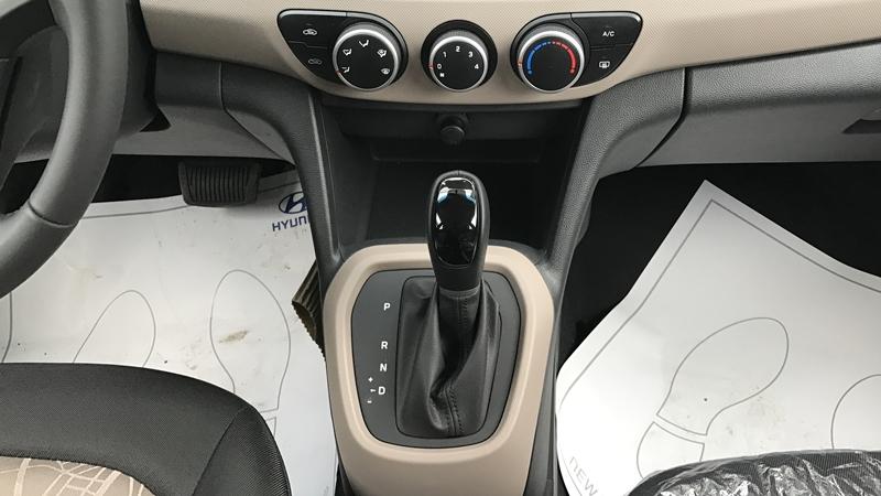 Nội thất xe ô tô Hyundai Grand i10 Nhập Khẩu màu trắng 09