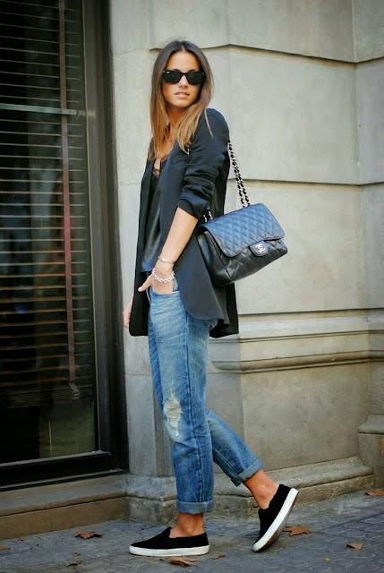 Ténis pretos, jeans e blazer preto