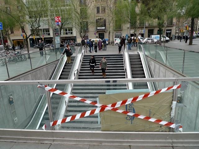 Nyaps i 'art urbà' a #BCN / El 'pedaç' de l'estació de plaça Universitat