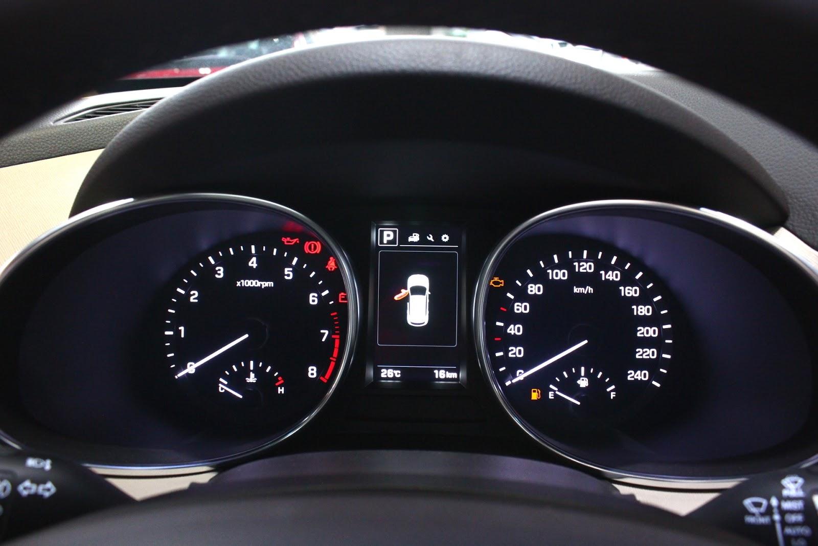 Nội thất xe Hyundai Santafe 7 Chỗ máy xăng màu trắng 018