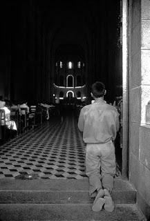 Một người lính Bắc Việt ở nhà thờ Đức Bà Sài Gòn, Ảnh: Herver Gloaguen.