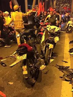 Hai xe máy đấu đầu nhau trong bão mừng AFF cup.